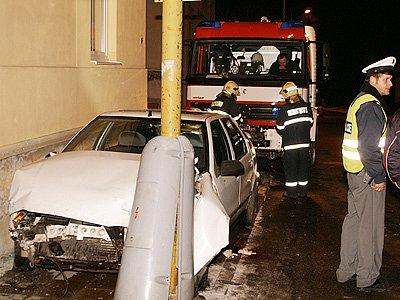 Řidič narazil do sloupu a poté i zdi domu.