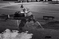 Kamerový záznam řádění tří vandalů ve skutečské kašně
