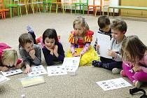 V mateřské škole Na Valech v Chrudimi se dětí učí angličtinu zábavnou hravou formou.