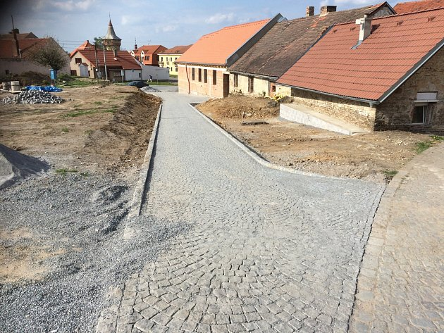 Chodci už mohou kráčet po novém povrchu.