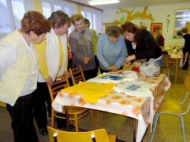 Eva Divišová (vpravo) při malování triček.