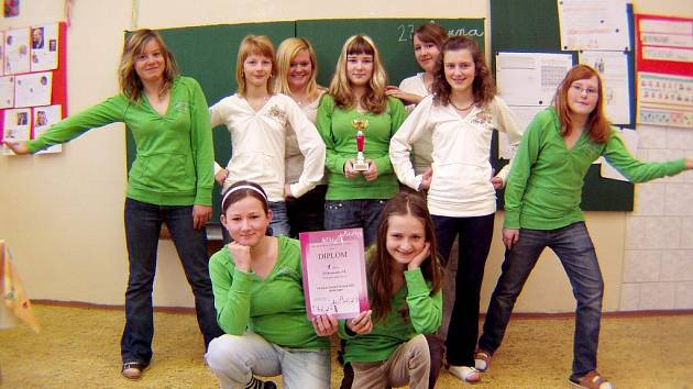 Dívky ze ZŠ Kameničky se radují z vynikajícího umístění v taneční soutěži, která se konala ve Žďáru nad Sázavou.