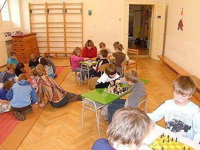 Herní místnost plná dětí.