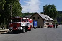 Dobrovolní hasiči z Chrudimě a jejích místních částí Markovice a Topol pomáhají ve Štěchovicích u Prahy.