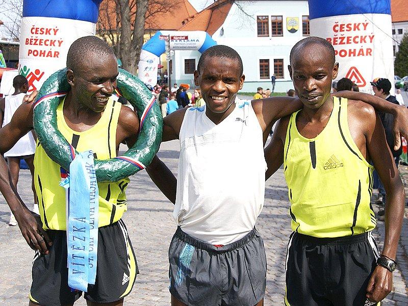 V cíli byla nejrychleji podle očekávání trojice afrických běžců - zleva vítěz Tanui (Keňa), Aliwa (Uganda) a třetí Komen (Keňa).