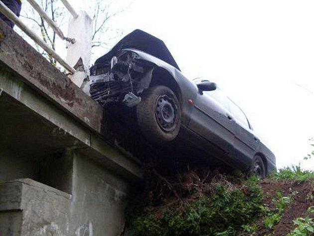 Auto uvízlo na mostě nad srázem, vyprostit ho museli hasiči.