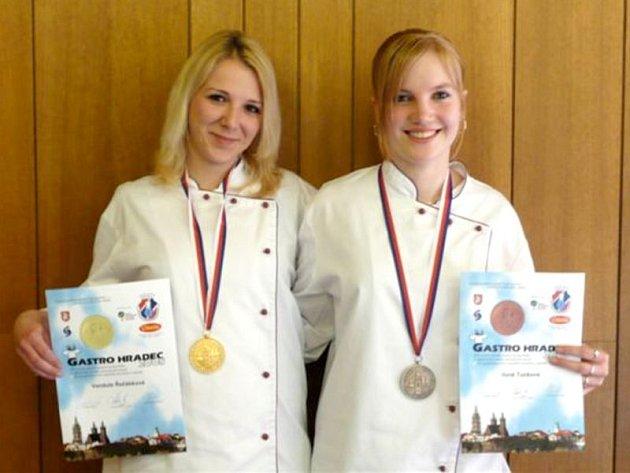 Vendula Řežábková a Ilona Tunková,  žákyně SOŠ a SOU obchodu a služeb z Chrudimi, se zúčastnily soutěže Gastro Hardec 2008.