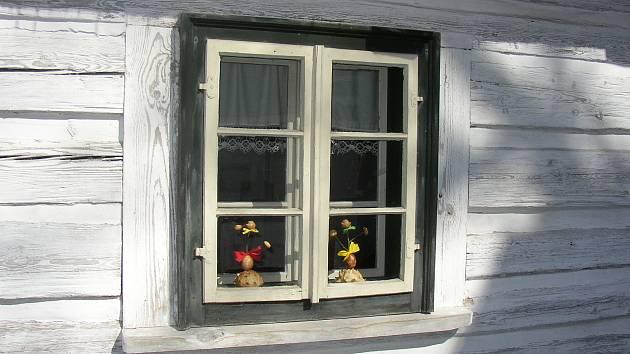 Okénka roubenek ozdobí velikonoční dekorace