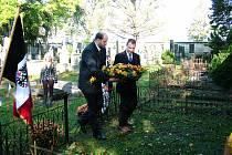 Marcel Gregor a Jaroslav Hrabák při kladení květin u hrobu Aloise Tůmy