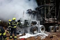 Hasiči zasahovali v Bojanově u požáru lesní vyvážečky.