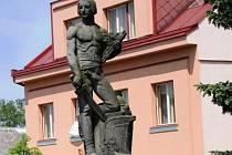 HLINECKÝ pomník připomíná Čechoslováka s mečem.