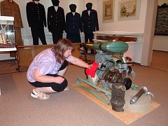 Ivana Danielková dokončuje přípravy výstavy.
