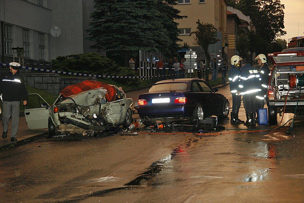 Vážná dopravní nehoda v Hlinsku si vyžádala jeden lidský život. Další dvě osoby byly při nehodě zraněny. Opilý 28letý řidič BMW svým vozem doslova rozdrtil škodovku, z místa nehody utekl. Policie už mu sdělila obvinění ze dvou trestných činů.