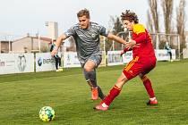 Klíčový moment? Ladislav Mužík (vlevo) neproměnil největší šanci na vyrovnání – brankář Rada mu chytil penaltu.