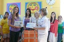Před předáváním dárkového certifikátu na předplatné Chrudimského deníku potěšily dobrovolnice pacienty chrudimské LDN svým zpěvem.