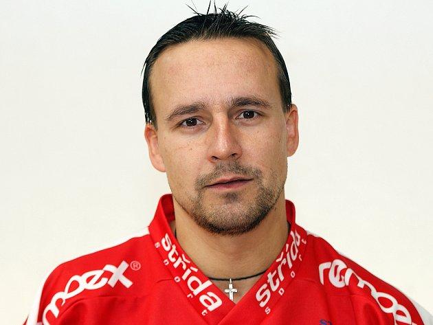 Útočník  Petr Bělohlávek.