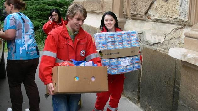 """""""I malá pomoc je lepší než žádná. Sdílení letáčku na Facebooku je bezva, ale kdyby každý, kdo sdílí, přinesl láhev Sava, udělal by lépe,"""" poznamenala Zuzana Rýdlová z Oblastního spolku ČČK Chrudim během stěhování první vlny materiální pomoci."""