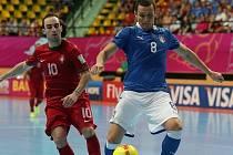 Futsalista Itálie Roberto Fortino (v modrém).