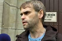 Ředitel ÚOOZ Robert Šlachta byl kvůli vyšetřování souvisejícím s obnovou kladrubského hřebčína v sobotu 1. června osobně přítomen na pobočce hřebčína ve Slatiňanech.