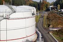 Čtyři zbrusu nové zásobníky paliva nedaleko Heřmanova Městce pojmou dohromady na 40 tisíc metrů krychlových paliva.