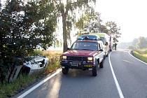 Osobního vozidlo skončilo na silnici mezi Hlinskem a Rváčovem svou jízdu v příkopu a na boku.