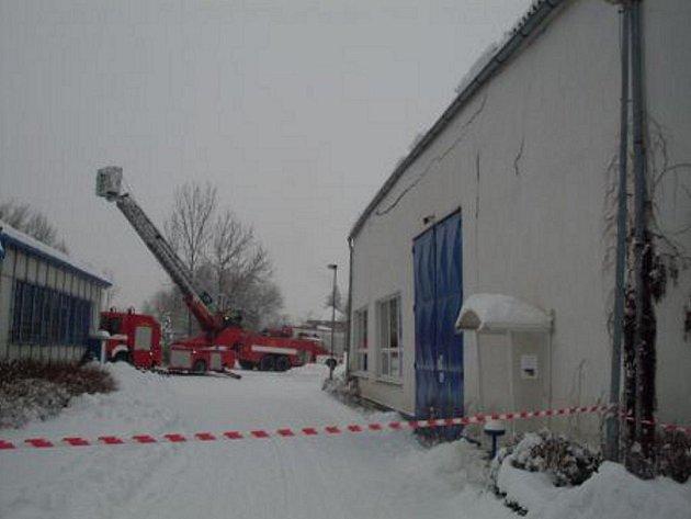 Hasiči měli plné ruce práce se sněhovou kalamitou.