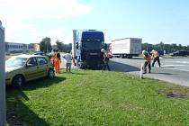 Při střetu osobního automobilu Volkswagen Golf s  nákladním automobilem značky Scania byla jedna osoba zraněna.