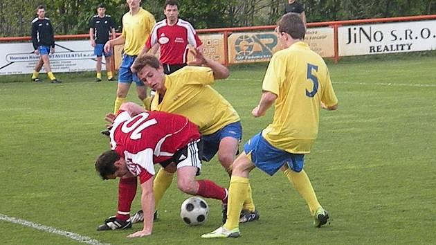 Z fotbalového utkání Živanice - AFK Chrudim.