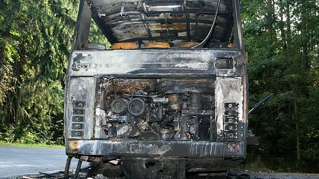 Požár autobusu na silnici poblíž Kostelce u Heřmanova Městce.