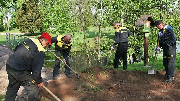 Pracovníci slatiňanské firmy Real zahájili opravy stezky pro chodce vedoucí z chrudimské Malecké ulice k lávce přilehlé kapličky.