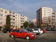 U zadního vjezdu do chrudimské nemocnice parkují řady vozidel a ohrožují tak bezpečnost provozu. Důvodem je uzavírka Václavské ulice u Vlčí hory.
