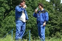 Pracovníci vodárenské společnosti se přímo u vrtu bez obav napili vody. Hodnoty pesticidů se totiž odstraněním letitého vrtu snížily k legislativou povolenému limitu