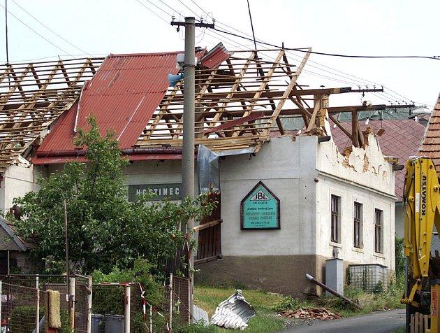 Ve Smrkovém Týnci vichřice lámala stromy a trhala střechy.