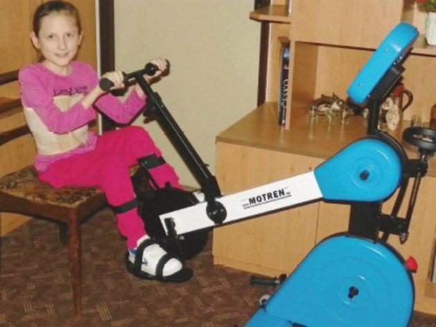 Nikolka Gergelyová se statečně pere s vrozenou spinální muskulární atrofií a díky novému cvičebnímu stroji se jí to bude jistě dařit ještě lépe.