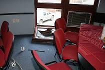 Zlodej vnikl do restaurace rozbitým oknem.