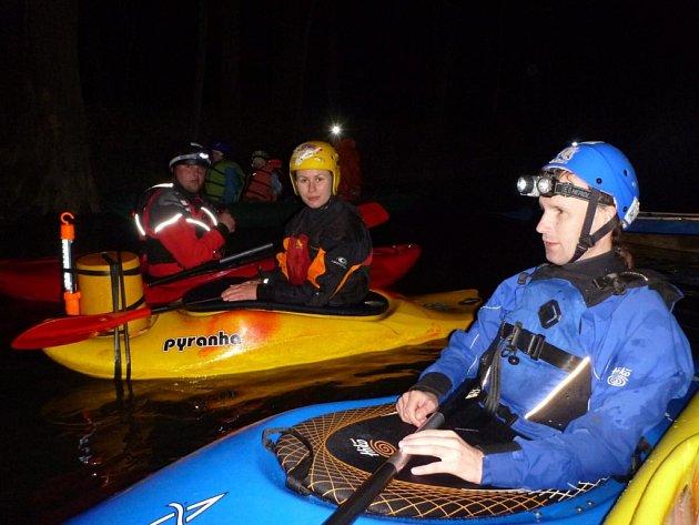 Ronovští skauti uspořádali noční splutí řeky Doubravy.