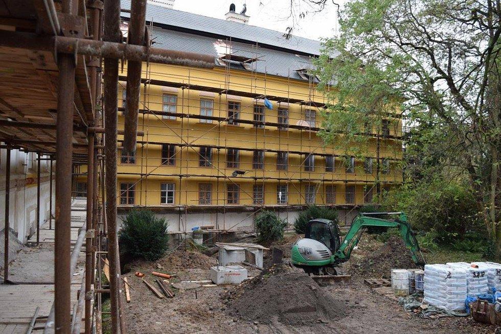 Jedna z hotových fasád na slatiňanském zámku.
