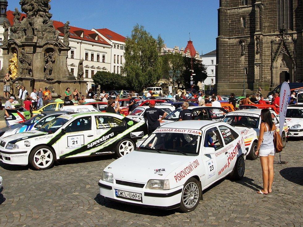 Představení posádek 12. ročníku Rallye Železné hory na chrudimském Resselově náměstí.