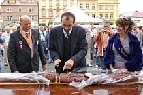 HOLANDSKÝ JARMARK na chrudimském náměstí v sobotu pokazilo deštivé počasí. Holandští přátelé z partnerského města Ede přivezli kromě tradičních sýrů také holandská jídla, pivo, ryby, sladkosti atd. Představili jejich kulturu či práci s dětmi.