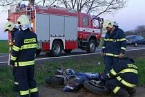 Motorkář a jeho spolujezdec havarovali mezi Chrudimí a Kočím.