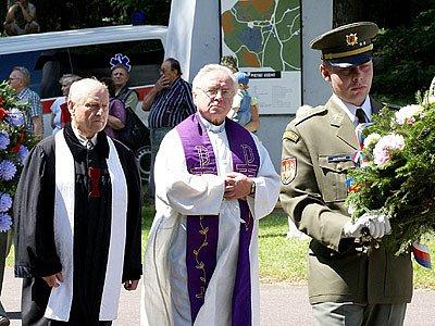 Květiny položili k památníku také představitelé církví.