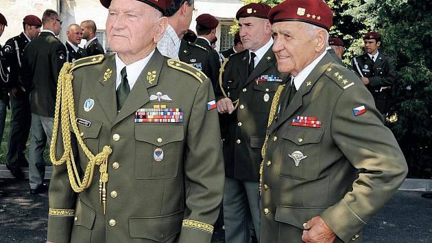 Na slavnostním nástupu 43. výsadkového praporu u příležitosti Dne ozbrojených sil ČR nechyběl jako host ani brigádní generál Jaroslav Klemeš (na snímku vlevo).