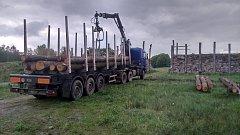 Deset kubíků dřeva pro bránu do skanzenu.