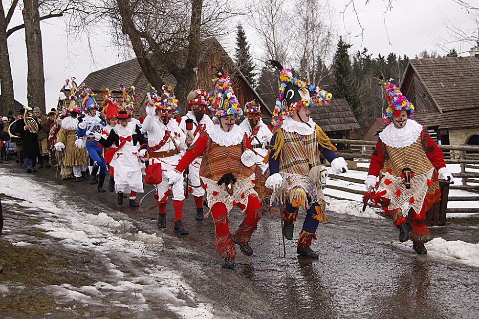 Maškary vyrazily při tradičním masopustu na obchůzku po skanzenu na Veselém Kopci.