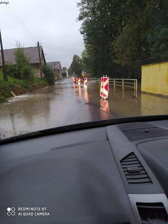 Silnice v Radimi u Luže je uzavřena, zaplavila ji voda. Auta neprojedou ani ve směru na Doly.