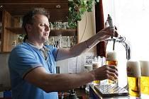 """Výrobní ředitel pivovaru rychtář Milan Morávek čepuje """"narozeninové"""" pivo Rataj."""