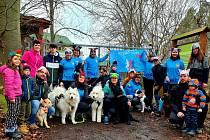 Krátké setkání členů spolku Rozběháme Luži před branami záchranné stanice Pasíčka bylo symbolickým vyjádřením podpory jejich obyvatel a zaměstnanců.