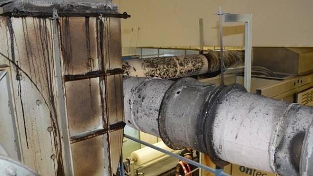 Dne 28. srpna v 16.38 hodin zasahovali profesionální hasiči z Hlinska a Chrudimi u požáru vzduchotechniky stroje v jedné hlinecké firmě.