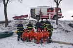 Hasiči cvičili záchranu tonoucí osoby z ledové vody v Sobětuchách.