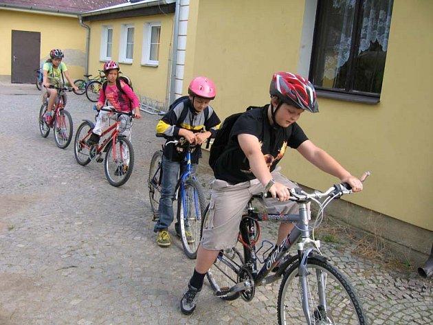 Na závěr kurzu dopravní výchovy si děti ze ZŠ Lukavice vyzkoušeli znalosti v dopravním testu a vydali se na kole na výlet do Ležáků.